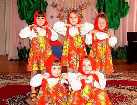 На празднике дети показывают свои