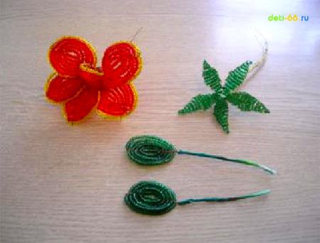 Далее выполняем чашелистики из бисера зеленого цвета.  На каждый цветок плетем по 6 листиков.
