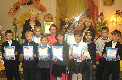Победители викторин получают дипломы